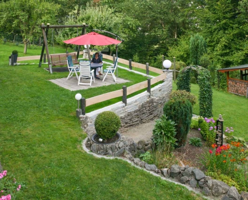 Garten mit Sitzgelegenheit